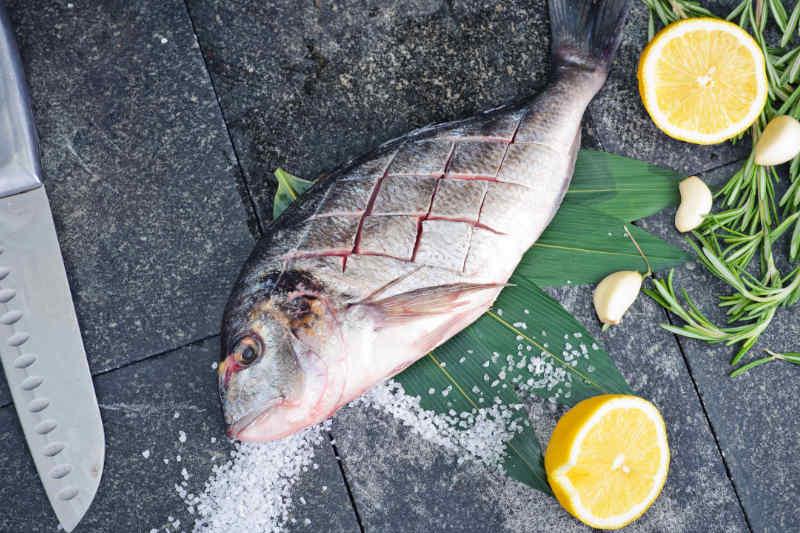 ¿cómo usar el cuchillo deshuesador en el pescado?